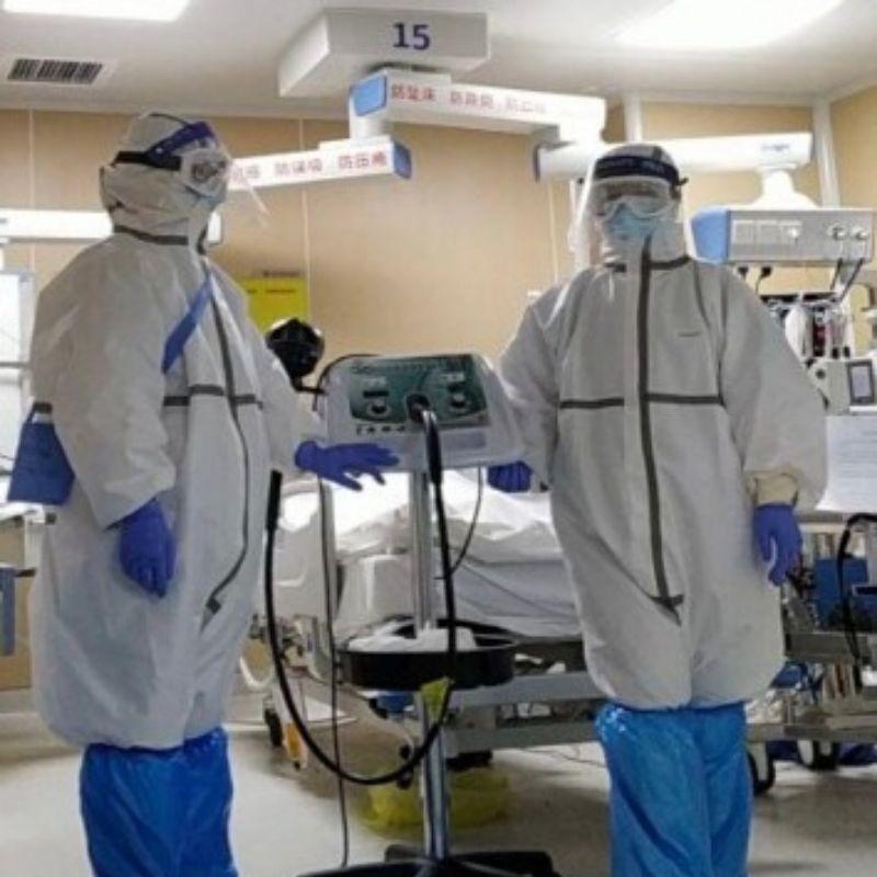L'immagine mostra due operatori sanitari del Wuhan Asia General Hospital con il dispositivo medico G5®.